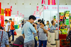 Am angemessenen Taiwan-Lebensmittel, schmecken zwei Leute Tee von Taiwan lizenzfreies stockfoto