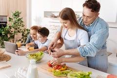 Angenäm älska fader som ger henne dottermatlagningkurser fotografering för bildbyråer