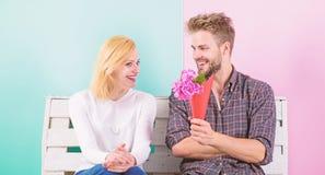 Angenäm överraskning för dam blommar henne Mannen ger bukettblommor till flickvännen Han gissade hennes favorit- blomma arkivfoto