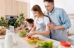 Angenäm att bry sig fader som undervisar hans dotter att laga mat arkivbilder