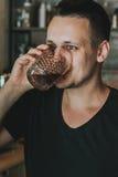 Angenäm barista som dricker kaffe Royaltyfri Fotografi