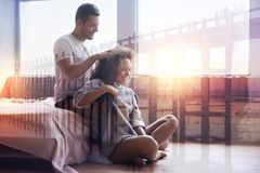 Angenäm förtjust man som gör en head massage Arkivbild