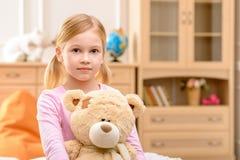 Angenäm flickainnehavbjörn royaltyfria bilder