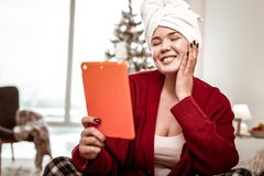 Angenäm glad kvinna som har njutbar konversation till och med minnestavlan arkivfoton