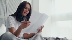 Angenäm härlig kvinna som komponerar musik lager videofilmer