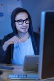 Angenäm intelligent programmerare som rymmer en blyertspenna Arkivfoto