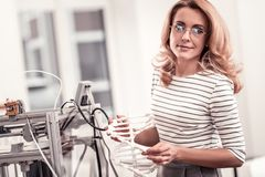 Angenäm kvinna i exponeringsglas som rymmer DNAmolekylmodellen royaltyfria foton