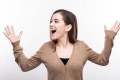Angenäm kvinna som joyfully ropar och lyfter henne händer royaltyfri foto