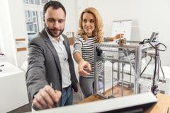 Angenäm kvinna som kontrollerar process av att programmera för skrivare 3D Royaltyfri Bild