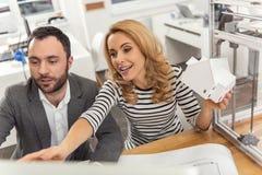 Angenäm kvinnlig tekniker som ger rådgivning till hennes kollega Fotografering för Bildbyråer