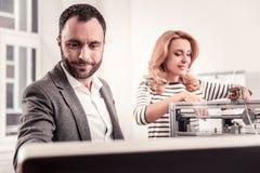 Angenäm man och kvinna som skapar nytt designprojekt royaltyfria foton