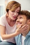 Angenäm mogen kvinna som att bry sig om hennes son Arkivfoton