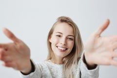 Angenäm-se den unga Caucasian kvinnan med tänder för visning för brett leende som raka vita är lyckliga att möta vänner som sträc arkivfoton