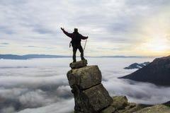 angenäm sikt från toppmötet av berget Royaltyfri Bild