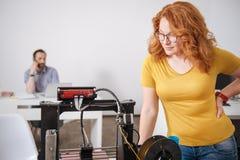 Angenäm smart formgivare som ser maskinen för printing 3d Royaltyfri Fotografi