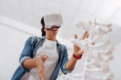 Angenäm smart student som är i virtuell verklighet Fotografering för Bildbyråer