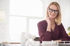 Angenäm tillfredsställd affärskvinna som startar hennes affär Royaltyfri Foto