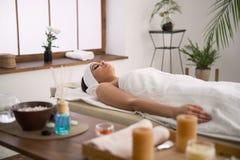Angenäm trevlig kvinna som ligger i massagerummet Royaltyfri Fotografi