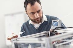 Angenäm ung man som ser den inre skrivaren 3D Arkivbild