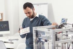 Angenäm ung man som undersöker den nya modellen 3D Royaltyfria Foton