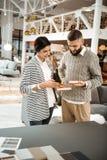 Angenäma gulliga par som koncentreras på att shoppa process arkivbilder