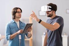 Angenäma kollegor som testar virtuell verklighetexponeringsglas Arkivbilder