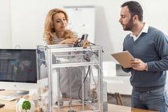 Angenäma kollegor som uppdaterar maskinvaror för skrivare 3D Royaltyfri Fotografi
