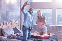 Angenäma unga internationella par som hemma tycker om helg royaltyfri foto