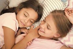 Angen?m dr?m p? hennes mening Flickor faller sovande efter pyjamasparti i sovrum Flickor har sund s?mn Barn kopplar av fotografering för bildbyråer