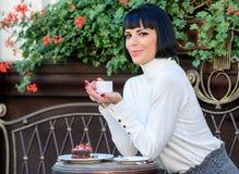 Angen?m tid och avkoppling L?cker och gourmet- drink Flickan kopplar av kaf?t med kaffe och efterr?tten attraktiv kvinna royaltyfri bild