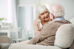 Angenehme ältere Frau, die ein Gespräch mit ihrem Ehemann hat stockbilder