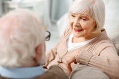 Angenehme ältere Frau, die Zeit mit ihrem Ehemann verbringt lizenzfreie stockbilder