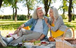 Angenehme ältere Paare, die ein Datum haben lizenzfreie stockfotografie