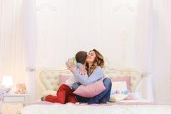 Angenehme Anzeige der Aufmerksamkeit vom kleinen Sohn für Mutter in der Form von lizenzfreies stockfoto