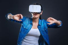 Angenehme attraktive Frau, die Technologie der Wirklichkeit 3d einsetzt Stockbilder