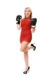Angenehme blonde Frau in den Boxhandschuhen Stockbild