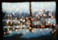 Angenehme bookeh Weihnachtslichter auf Fenster Lizenzfreie Stockbilder