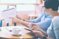 Angenehme businesscolleagues, die im Café sitzen Stockfotografie