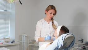 Angenehme Cosmetologists, die Prozess in der Klinik Arbeits genießen stock video