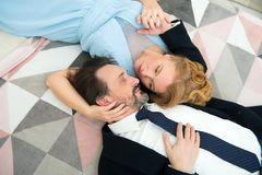 Angenehme Gatten, die einander beim Ausdrücken von Liebesgefühlen betrachten lizenzfreie stockfotografie
