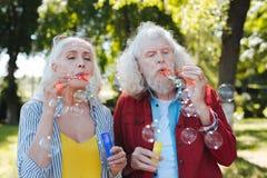 Angenehme gealterte Leute, die Spaß haben lizenzfreie stockfotografie