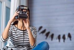 Angenehme junge Frau, die Fotos während des Wochenendes macht Stockfoto