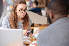 Angenehme junge Frau, die Probleme studierend sich bespricht Lizenzfreies Stockbild