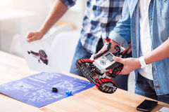 Angenehme Kollegen, die Roboter konstruieren lizenzfreie stockfotos