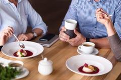 Angenehme Kollegen, die zu Mittag essen Stockfoto