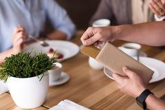Angenehme Kollegen, die zu Mittag essen Lizenzfreie Stockfotos