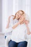 Angenehme liebevolle Frau, die mit ihrer Mutter umfasst Lizenzfreie Stockbilder