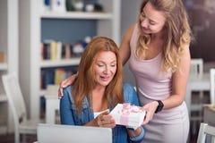 Angenehme Mutter und Tochter, die im Café stillsteht Stockbilder
