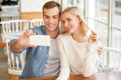 Angenehme Paare, die Fotos machen lizenzfreies stockbild