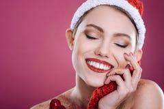 Angenehme smilig Frau, die gegen rosa Hintergrund aufwirft stockfotos